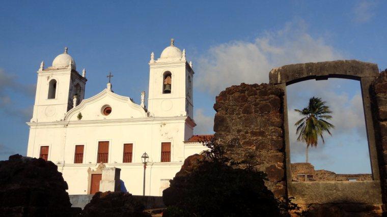 A igreja Nossa Senhora do Carmo, recentemente restaurada contrasta com as ruínas vizinhas