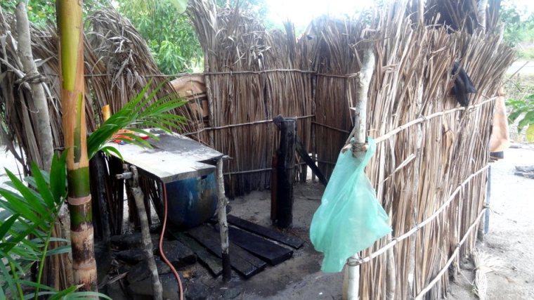 Lorsque nous campons chez les gens, nous avons la chance de pouvoir prendre des douches. Rustiques mais efficaces!