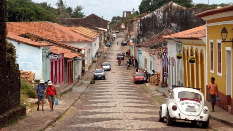 Bucólica rua de Alcântara onde se encontram lado a lado casas restauradas e outras caindo de velhas. Os paralelepípedos não facilitam muito a vida dos ciclistas!