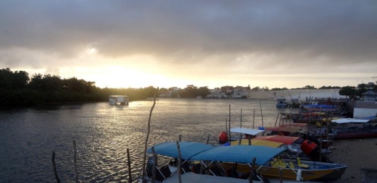 Lever de soleil sur le petit port de Barreirinhas : au loin, nous pouvons apercevoir la petite dune de sable