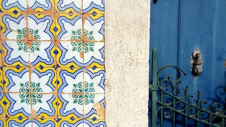 Muitas casas são ornadas de azulejos vindos de Portugal. Da maior beleza. Ainda mais quando ao lado de belas portas azuis de madeira e ferro forjado!