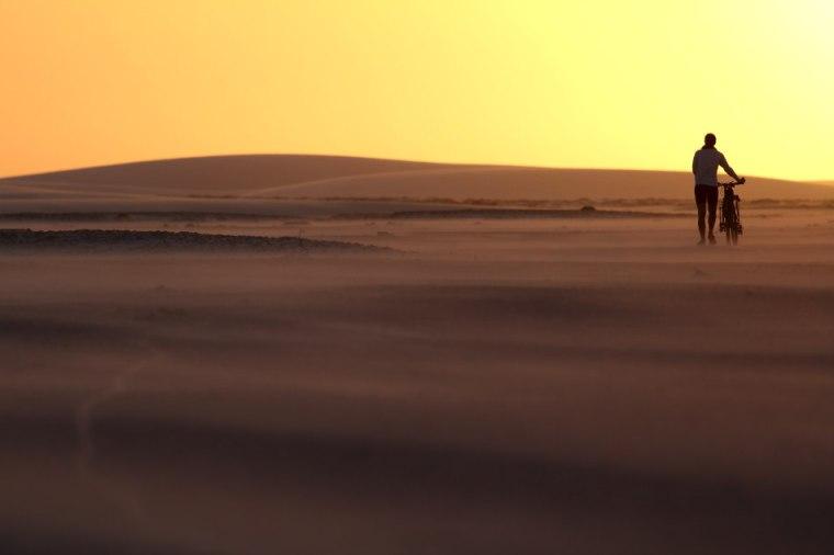 Le soleil se couche, il nous reste encore 5 km à pousser nos vélos pour rejoindre l'oasis de Baixa Grande