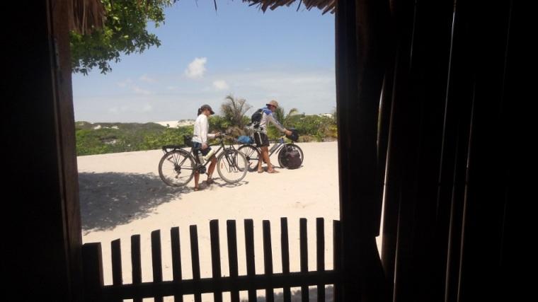 Malgré le peu de bagages que nous emportons sur nos vélos, notre vitesse ne dépasse pas les un à deux km/heure!