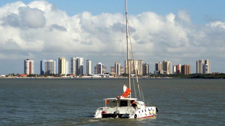 Vista da costa de São Luis quando de nossa chegada de catamarã. É uma loucura como um barquinho desses consegue carregar tanta gente. Pelo menos trinta pessoas estavam conosco no barco!