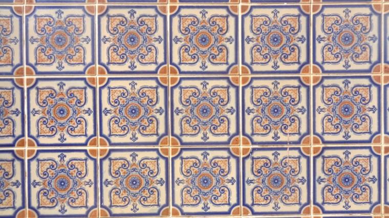 Assim como em Alcântara, numerosos azulejos ornam as paredes das casas oferecendo uma boa proteção contra o calor e a umidade, onipresentes nessa região.