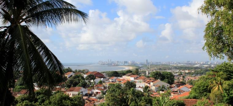 La belle ville coloniale d'Olinda et au loin, la capitale du Pernambuco, Recife