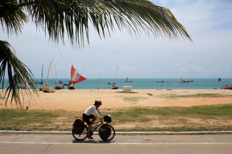 De retour sur le vélo, nous quittons Maceió par la piste cyclable.