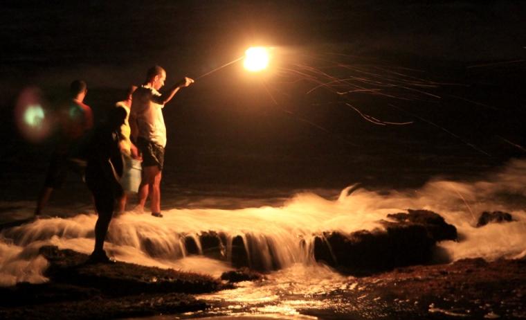Lors de notre nuit de camping sur la plage de Jequia, nous avons croisé un groupe de quatre pêcheurs. À la lumière de leur perche en acier brûlant de l'essence et un morceau de pneu (!?), ils débusquent une sorte de crabes nommé aratu.