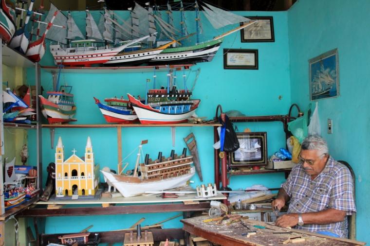 En route vers Penedo, nous rencontrons l'artiste populaire -------------- dans son atelier coloré à Piaçabuçu.
