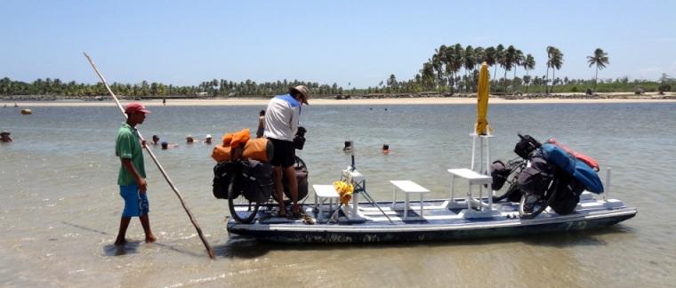 Traversée d'une rivière sur un jangada, bateau typique du Nord-Est