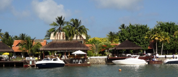 D'un côté l'océan et de l'autre, la rivière servant de stationnement aux nombreux yachts