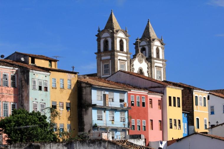 A igreja do Santíssimo Sacramento do Passo domina algumas casas coloridas.