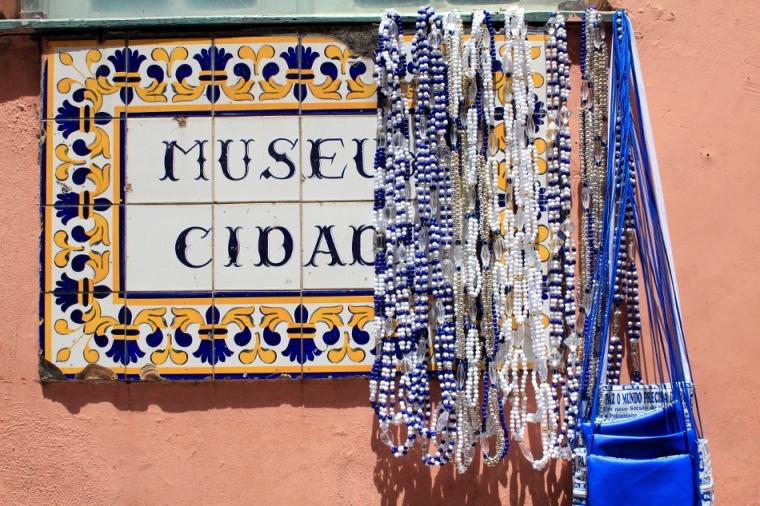 Un des symboles des Filhos de Gandhy, les colliers de perles bleues et blanches
