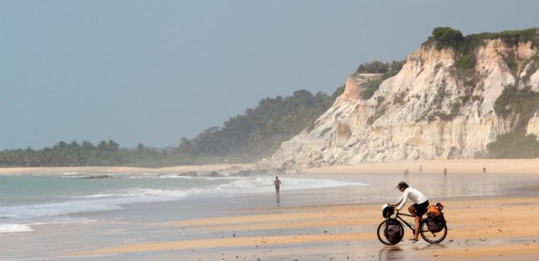 Deixamos a cidade de Arraial d'Ajuda pela praia em direção a Trancoso, depois a célebre praia do Espelho.