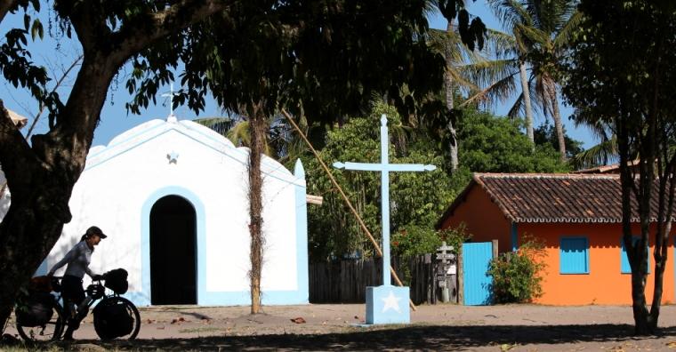 Foi particularmente duro empurrar nossas bicicletas na  arenosa saída do vilarejo de Caraíva.