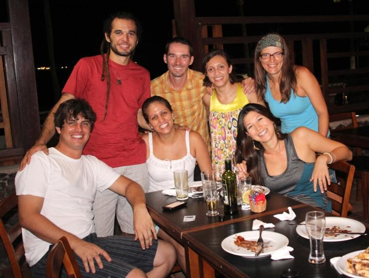 Nous terminons notre journée dans une pizzeria locale avec plusieurs ami(e)s d'Igor et de Débora. De gauche à droite : Bruno, Igor, Patricia, Bertrand, Débora, Marcela et Vanessa