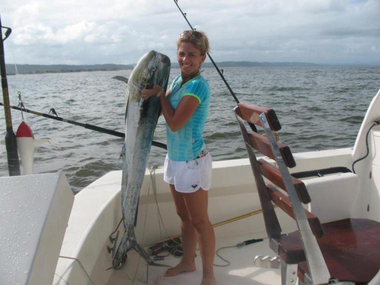 Simone Bisinotto Gomes et l'immense poisson qu'elle a pêché