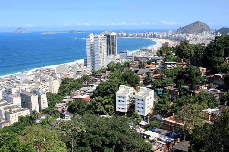 Vista da favela Babilônia dominando as praias de Copacabana e do Leme