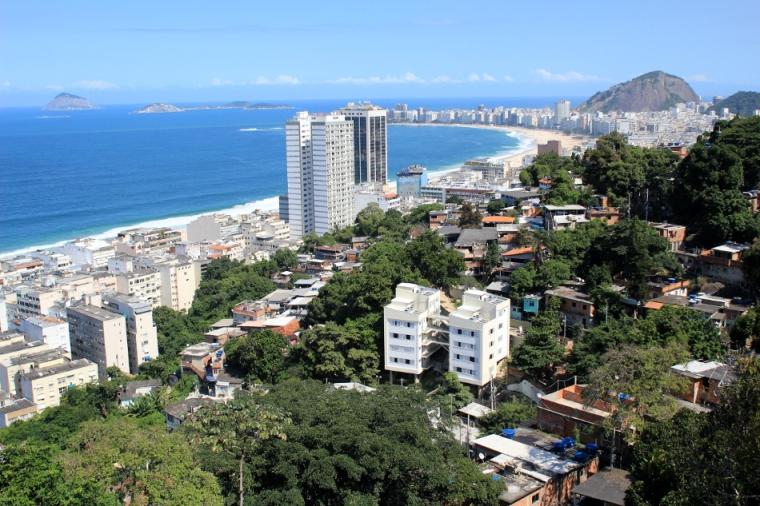 Vue depuis la favela Babilônia surplombant la fameuse plage de Copacabana et celle de Leme