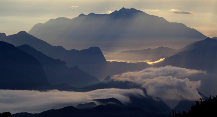Depois de uma noite chuvosa e um amanhe cinzento, percebemos com alegria o horizonte das montanhas, nossa recompensa pelos 1.000 metros de subidas que vencemos em 6 horas de caminhada. Nosso mais alto pico brasileiro!